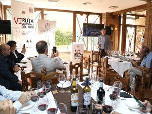 Momento de la presentación, con el sumiller Manu Jiménez catando uno de los vinos de Guelbenzu.