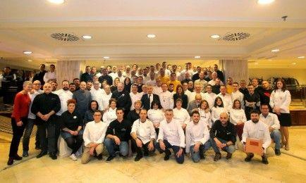 Amplia representación de cocineros participantes en el libro