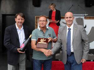 El expresidente de la ACA, Domingo Mancho, recoge el premio en la primera edición Viñedo Extremo