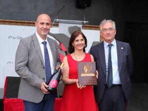 La directora de Agrosfera, Sandra Sutherland, recoge el premio en la primera edición de los premios Viñedo Extremo