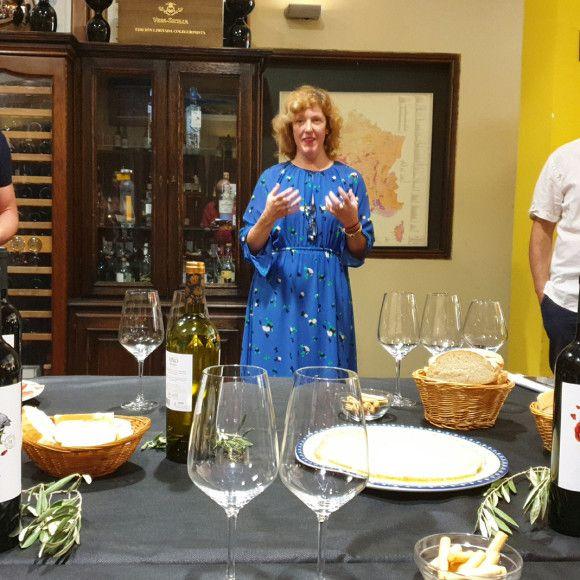 El enólogo Jorge Barbería la responsable de Exportación Eva Roy el periodista gastronómico José Luis Solanilla
