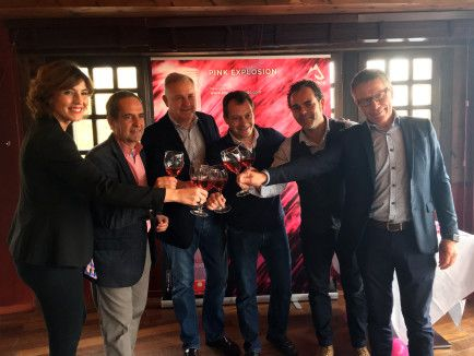 Representantes de Bodega Pirineos brindan con el nuevo Alquézar rosado