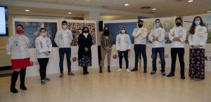 Carmen Urbano con los cocineros de Aragón en la presentación del calendario solidario