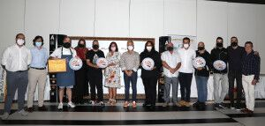 Foto de familia con todos los ganadores y los patrocinadores del evento.