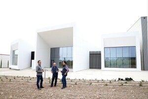Fernando Ballesteros, Javier Vela y Javier Baselga, enólogos de Aragonesas, realizan una cata en la parte trasera del nuevo edificio